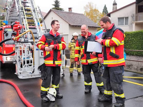 Die Hauptübung der Feuerwehr Thalheim war für Gerhard Wernli die letzte als Kommandant.Christoph Meier (links) ist der Nachfolger von Gerhard Wernli (Mitte). Reto Schneider hiess Meier willkommen.