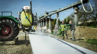 Auf dem Werkhof der Gemeinde Möhlin prüft Paul Müri (Mitte) die Fahrzeuge der Bauern auf die Dosis der Pflanzenschutzmittel. iseli