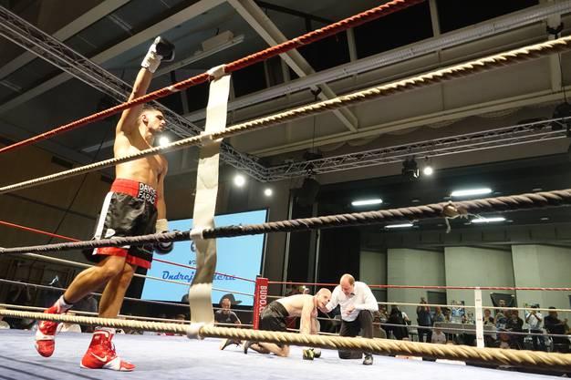 In der 2. Runde geht Budera dank einer präzis geschlagenen Kombination von Faraci kurz zu Boden.