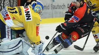 Niki Altorfer (in Schwarz-Rot) und die Visper fordern Biel.
