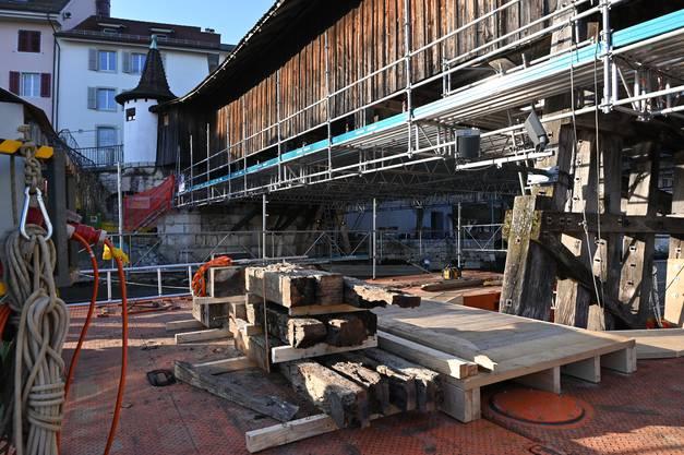Sanierung der alten Holzbrücke; im Vordergrund Schwellenholz, welches unter dem Wassereinfluss gelitten hat und ausgewechselt werden muss.