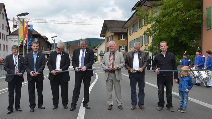 Regierungsrat Stephan Attiger (Mitte) und die Bauverantwortlichen geben die Strasse dem Verkehr wieder frei.