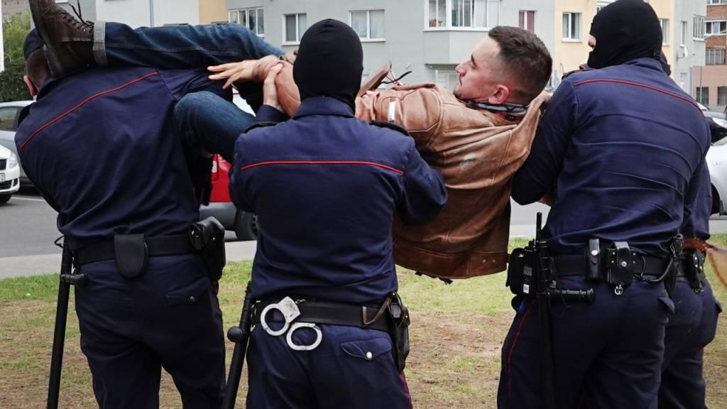 ARCHIV - Stepan Latypow wird in seinem Wohnviertel von maskierten Polizisten weggetragen. Ein Gericht in Belarus hat den politischen Gefangenen Latypow zu achteinhalb Jahren Straflager unter besonders harten Haftbedingen verurteilt. Foto: Ulf Mauder/dpa