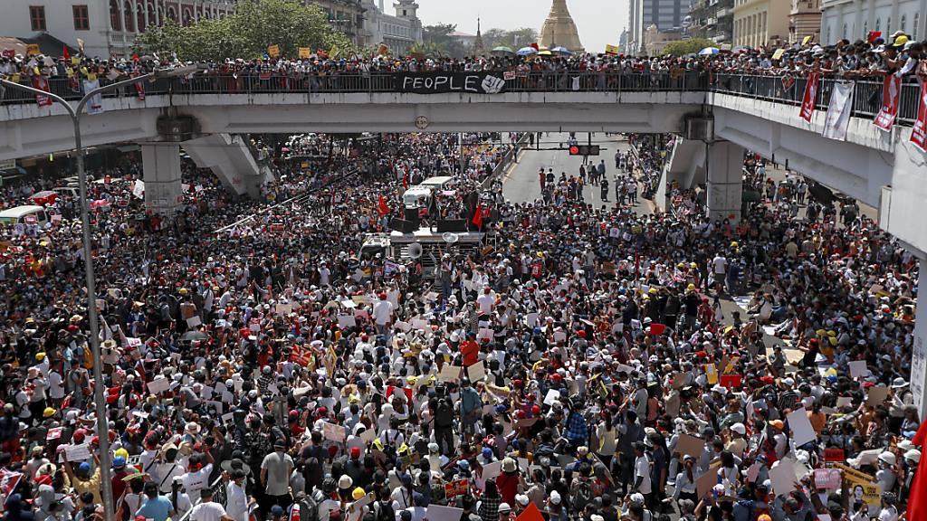 «Die Welt marschiert mit Euch»: Grösste Demos seit Tagen in Myanmar