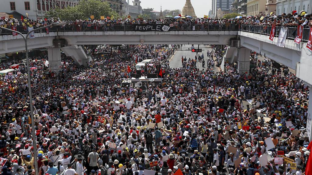Demonstranten versammeln sich in Myanmars ehemaliger Hauptstadt Rangun, um gegen den Militärputsch zu protestieren. Foto: Uncredited/AP/dpa