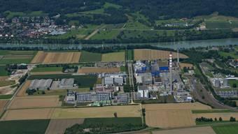 Im Bereich des Hochkamins auf dem Gelände der DSM Nutritional Products soll für 60 Millionen Franken ein Holzheizkraftwerk entstehen. archiv/Gerry Thönen