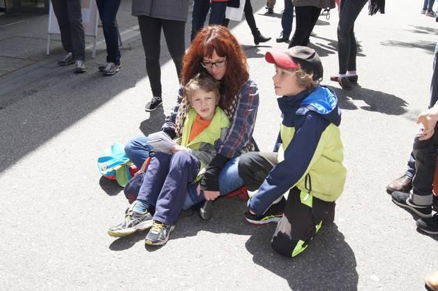 Mutter und Kinder frönen Pepes Lieder auf der Badstrasse
