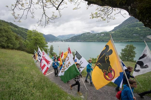 Schulkinder mit Kantonsfahnen auf dem «Weg der Schweiz» aus Anlass des 25. Geburtstag des 1991 errichteten Zentralschweizer Wanderweg.