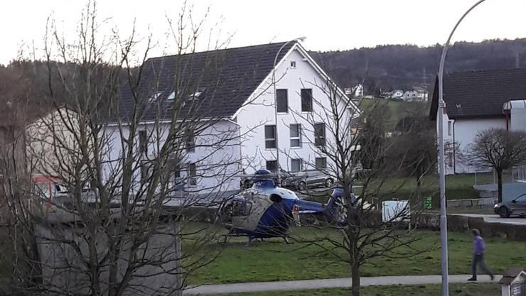 Der Rettungshelikopter landete vor dem Haus der betroffenen Familie.