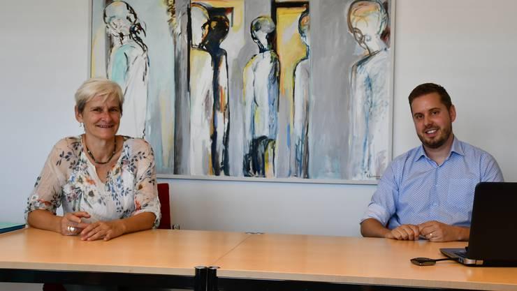 Heidi Ammon, Gemeindepräsidentin Windisch, und Michael Schleuniger, Leiter Finanzen, präsentieren die finanziellen Aussichten der Gemeinde.