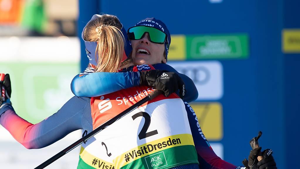 Nadine Fähndrich (mit der Nummer 2) und Laurien van der Graaff umarmen sich. (Archivaufnahme)