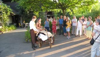 Anfänge: Schauspieler zeigen dem Publikum, wie der Bottminger Wochenmarkt begann: Gemüsehändler Gschwind verkauft Annelies Jundt frische Karotten. (zvg)