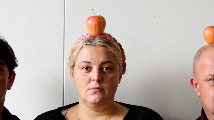 Da bleibt wohl kein Apfel oben, wenn Jens Wacholz, Rada Radojcic und Hanspeter Bader mit Tells Geschoss manipulieren. zvg