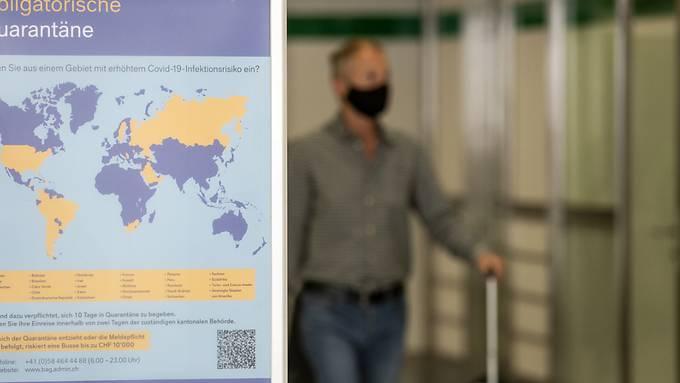 Ab in die  Quarantäne: Ein Plakat im Flughafen Zürich teilt Passagieren aus Risikoländern mit, was  zu tun ist.