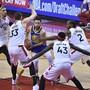 Umringt von gleich vier Spielern der Toronto Raptors sucht Golden States Topskorer Stephen Curry einen Ausweg