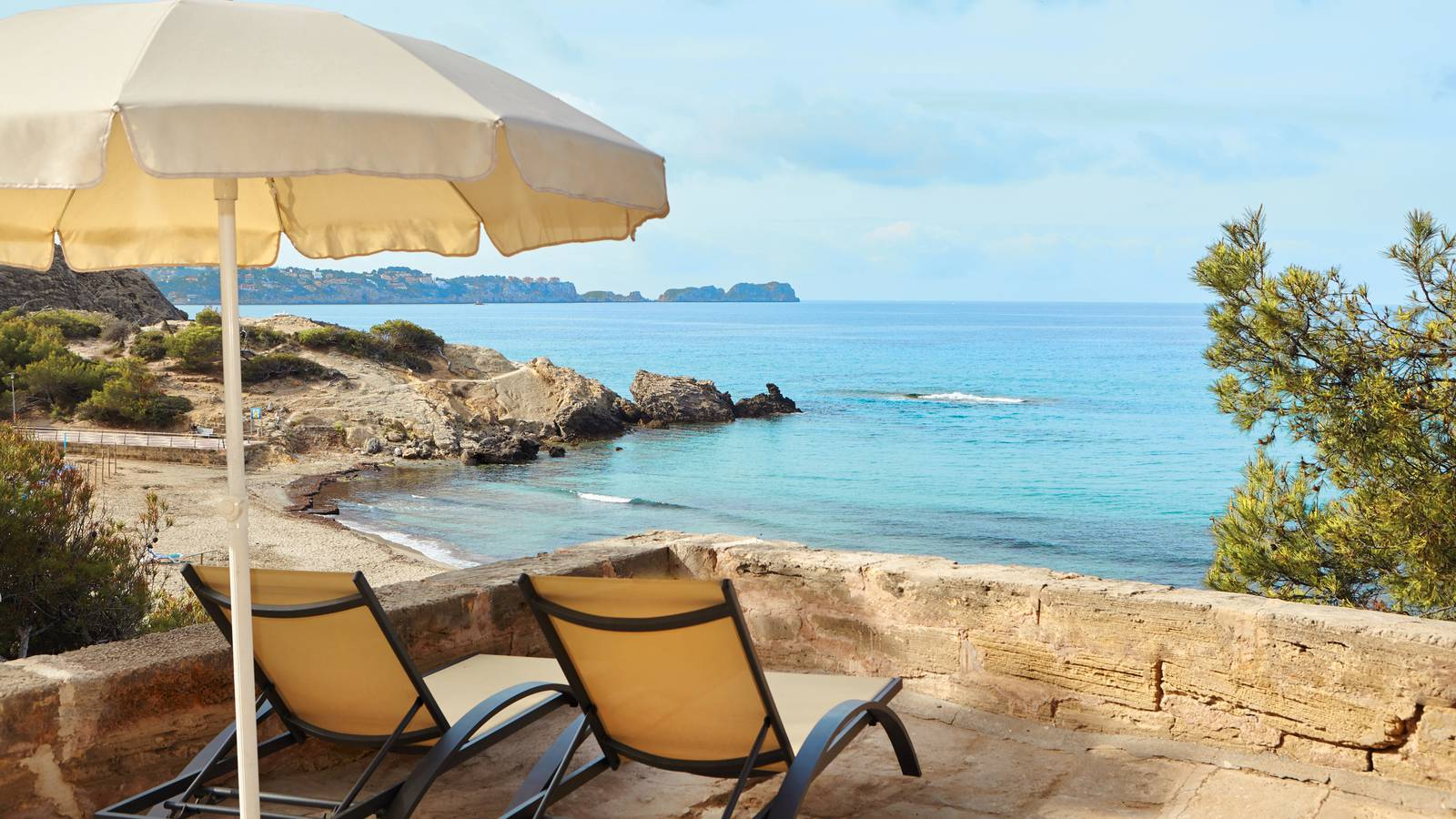 Liegestühle unter Pinien (© Universal Mallorca Ferien)