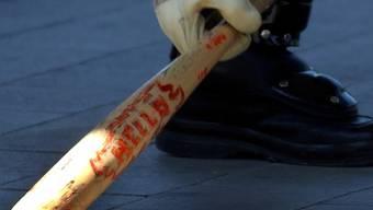 Ein Abwart ging mit einem Baseball-Schläger auf Jugendliche los (Symbolbild)