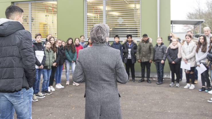 Schüler übergeben eine Petition an den Schlieremer Stadtpräsidenten Markus Bärtschiger. Sie wollen damit verhindern, dass ihr beliebter Lehrer geht. Aufgenommen am 20. November 2018.
