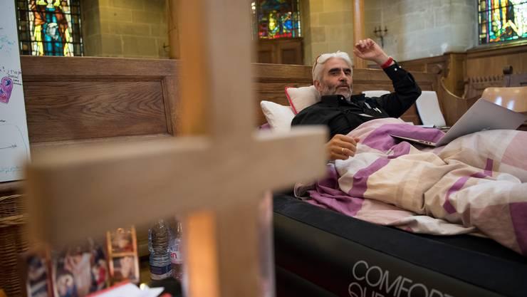 Der reformierte Pfarrer Daniel Fatzer bei seinem Hungerstreik vor vier Jahren in der Lausanner Kirche.