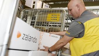 Kleidung, etwa von Zalando, und Heimelektronik, beispielsweise über Aliexpress - das sind die Renner bei Schweizer Kunden, die im Internet einkaufen. 2016 kletterte der Online-Umsatz auf insgesamt 7,8 Milliarden Franken. (Archiv)
