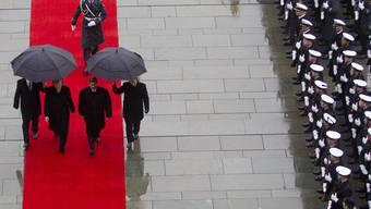Militärische Ehren und viel Regen beim Besuch von Mohammed Mursi (mitte rechts) in Berlin
