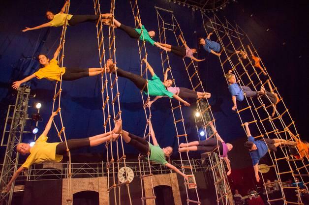 Impressionen von der Premiere des Cirque Jeunesse ARABAS: So viele Kinder an der Strickleiter.