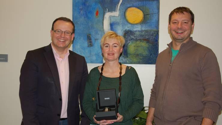 v.l.n.r.: Thomas Vogt, Stiftungsratspräsident rodania, Cornelia Bur, Gewinnerin erster Preis, Patrick Marti, Gesamtleiter