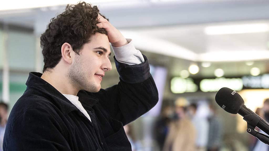 Heiss begehrter Interview-Partner am Flughafen Zürich-Kloten - nach seiner Rückkehr von Rotterdam: der Sänger Gjon's Tears.