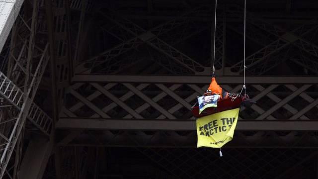 Spektakuläre Greenpeace-Aktion auf dem Eiffelturm in Paris