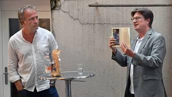 Alex Capus (links) und Verleger Thomas Knapp entführen ihr Publikum in essayistische Sphären.
