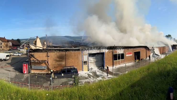 Am frühen Freitagmorgen begann es im Industriegebiet in Laufen an der Wahlenstrasse zu brennen.