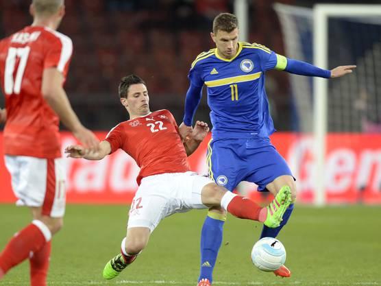 2016: Fabian Schär (Nummer 22) kam hier vor Edin Dzeko an den Ball. (Archivbild)
