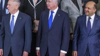 Die britische Regierung habe Sozialausgaben gekürzt, aber das Verteidigungsbudget aufgestockt, erklärte Verteidigungsminister Michael Fallon (Mitte) an der Münchner Sicherheitskonferenz den übrigen NATO-Staaten.