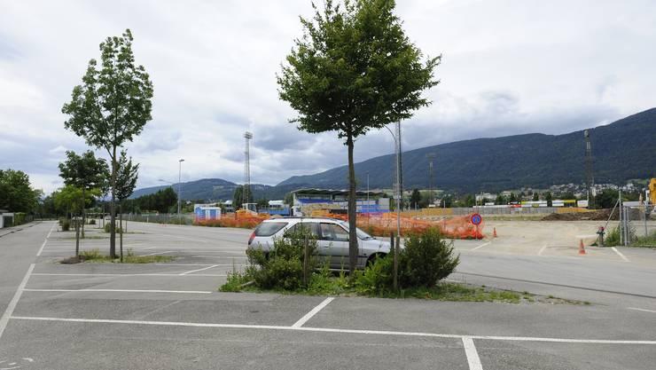 Die Parkplätze an der Neumattstrasse werden überprüft, im Hintergrund entsteht das Velodrome mit 120 neuen, gebührenpflichtigen Parkplätzen