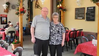 Vreni und Ueli Zürcher vor dem Restaurant Traube in Büsserach. Die Gemeinde darf die Beiz nun nicht kaufen. (Archiv)
