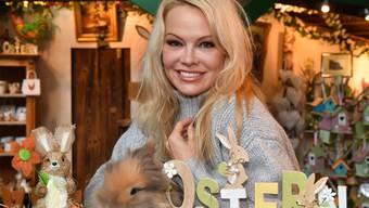 Pamela Anderson auf Gut Aiderbichl: Die US-Schauspielerin und Tierschützerin besuchte den diesjährigen Ostermarkt und erkundigte sich nach den Tieren.