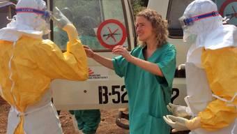 """""""Ärzte ohne Grenzen"""" in Schutzkleidung im Einsatz im Ebola-Gebiet"""