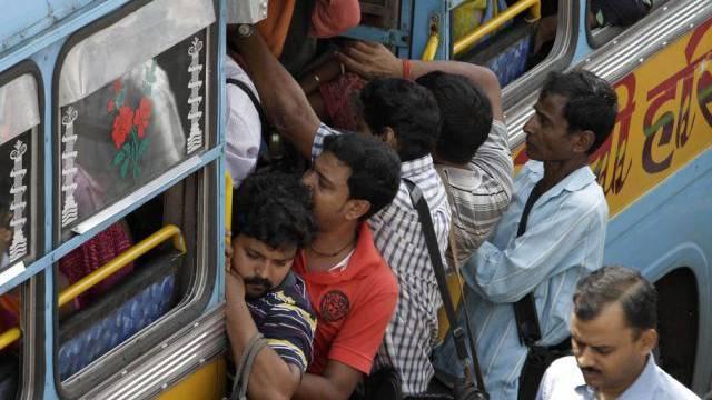 21 Menschen sterben bei Busunfall in Indien (Symbolbild)