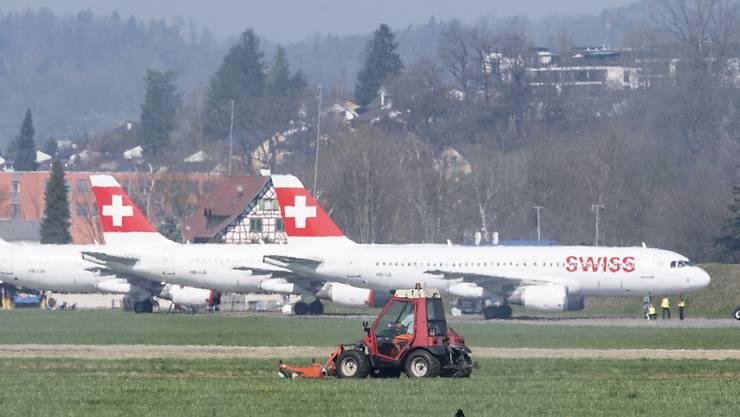 Weil sie am Boden bleiben: Die Post stellt den Versand ins Ausland wegen fehlender Flugkapazitäten grösstenteils ein.