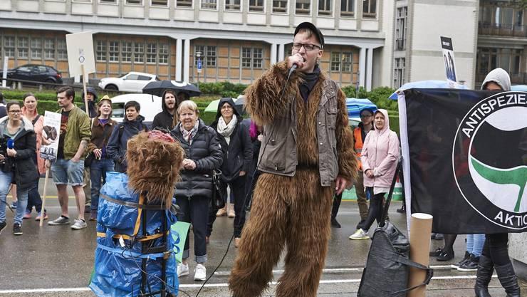 Ein Aktivist in einem Pelz-Kostüm