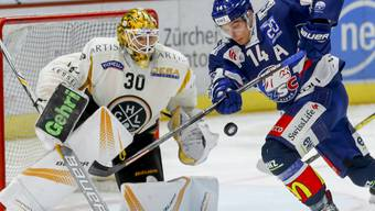 Chris Baltisberger von den ZSC Lions gegen Luganos Goalie Elvis Merzlikins