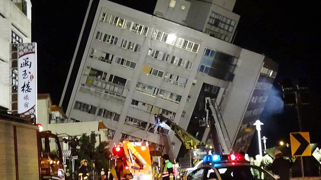 Bei einem Erdbeben an der Ostküste Taiwans sind mindestens zwei Menschen getötet worden. Das Marshal-Hotel in Hualien neigte sich durch das Beben zur Seite, Teile des Gebäudes brachen zusammen.