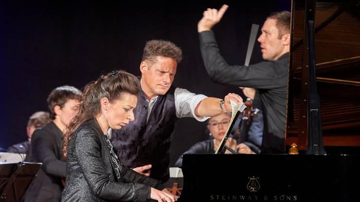 Oliver Schnyder für einmal als Umblätterer, hier für Pianistin Yulianna Avdeeva, mit der Davos Festival Camerata unter Roberto González-Monjas. Bild: Yannick Andrea