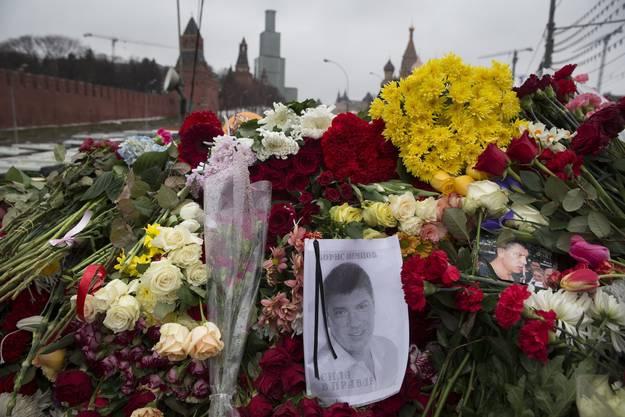 Blumenmeer am Tatort. Hier wurde Boris Nemzow ermordet.