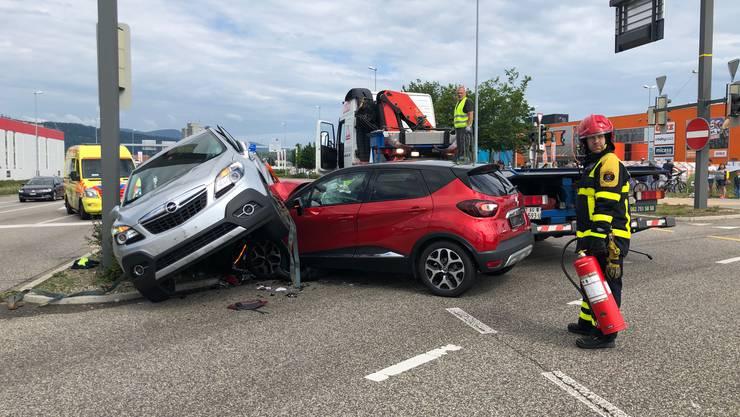 Eine Autolenkerin missachtete das Rotlicht und prallte auf der Kreuzung in ein anderes Fahrzeug.