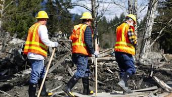 Suchaktion geht weiter: Einsatzkräfte im Erdrutschgebiet (Archiv)