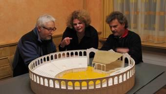 Arena im Kleinformat: Bühnenbildner Karel Spanhak, Regisseurin Anette Leistenschneider und Initiant Peter Bernhard (von links) sitzen um Spanhaks Bühnenbild-Modell. (E. Feller)