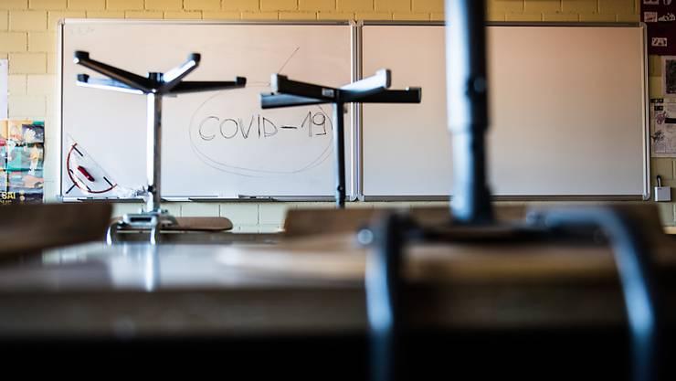Wird ab Montag in allen obligatorischen Schulen im Tessin Tatsache sein: Ein leeres Klassenzimmer mit den Stühlen auf den Pulten in Stabio.