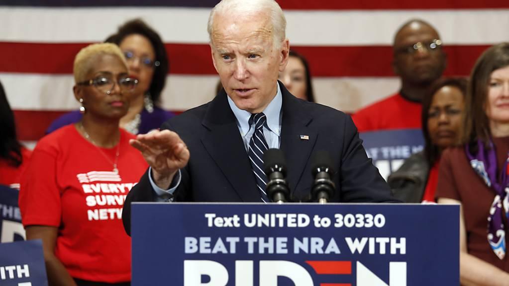 Der US-Präsidentschaftsbewerber Joe Biden hat Prognosen zufolge die Vorwahl der oppositionellen Demokraten im Bundesstaat Mississippi am Dienstag (Ortszeit) gewonnen.