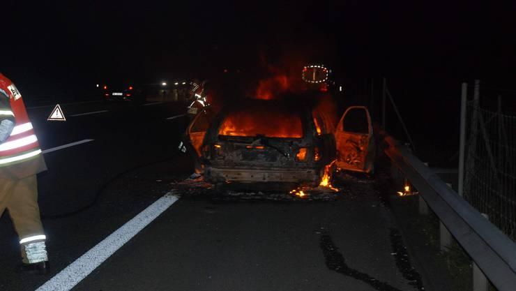 Das ältere Auto brannte vollständig aus.